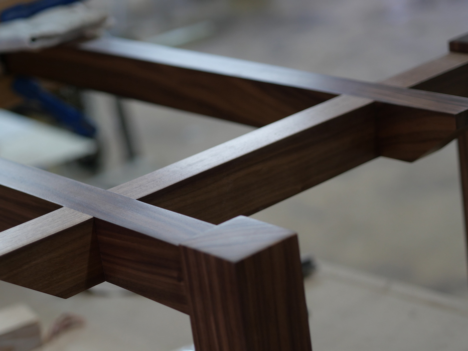Table Basse Jules B Noyer Noir et verre - détail piétement